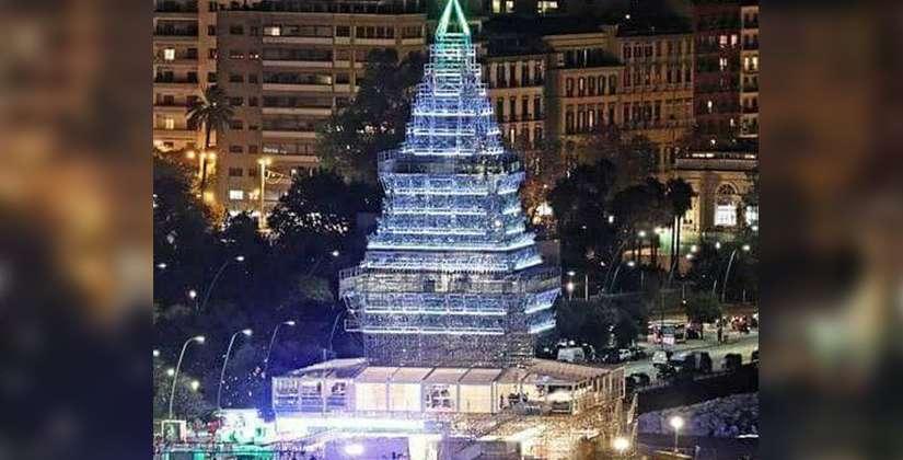 Albero Di Natale Napoli.Napoli Incredibile Inaugurato L Albero Di Natale Piu Alto Al Mondo Corriere Ce