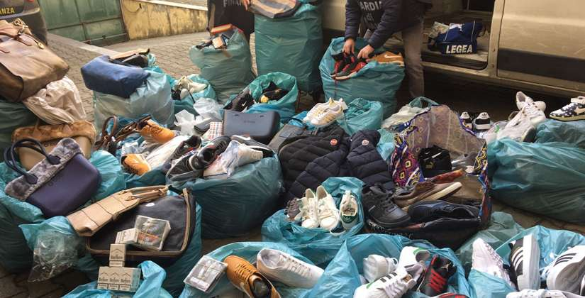50bcb70092 Santa Maria Capua Vetere. Blitz al mercato, sequestrate borse e ...