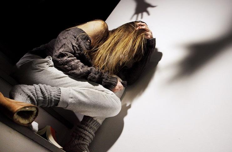 Minaccia con un'ascia una donna e la violenta, 40enne in manette