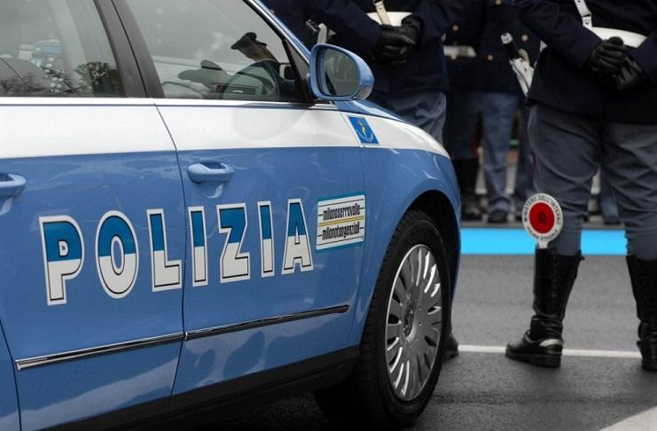 Polizia arresta rapinatore ma scoppia la rivolta del quartiere: 6 agenti feriti