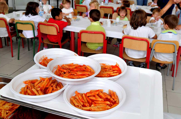 Escrementi nei cibi, sospesa la mensa scolastica a Napoli: bimbi intossicati