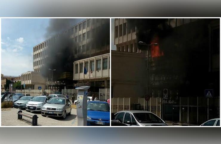 Paura in tribunale, in fiamme l'ingresso della struttura