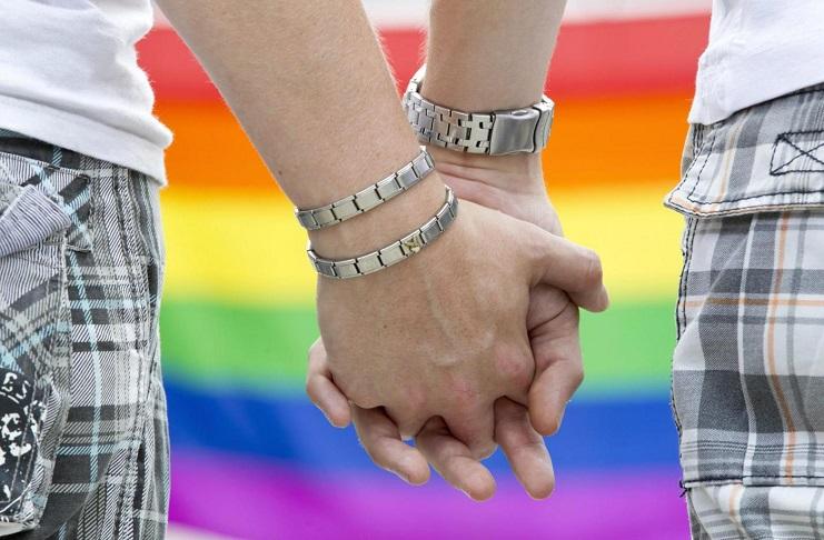 Abbraccio negato a una coppia gay. Caso di omofobia a Salerno