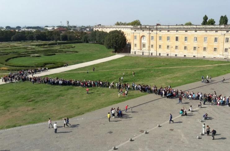 Reggia di Caserta, paradosso dei sindacati: troppi visitatori la danneggiano