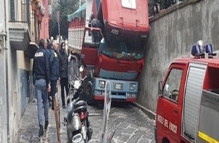 Napoli, Rione Sanità: camionista muore schiacciato dal suo mezzo