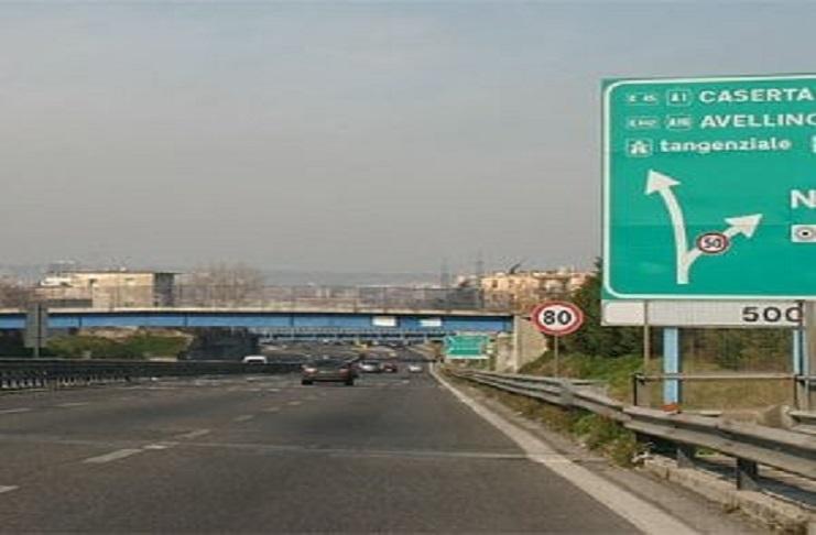Cammina sull'A1 a piedi, travolto e ucciso allo svincolo di Napoli