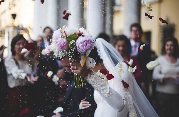 Matrimonio In Ambulanza : Napoli la sposa arriva al matrimonio con l ambulanza il video